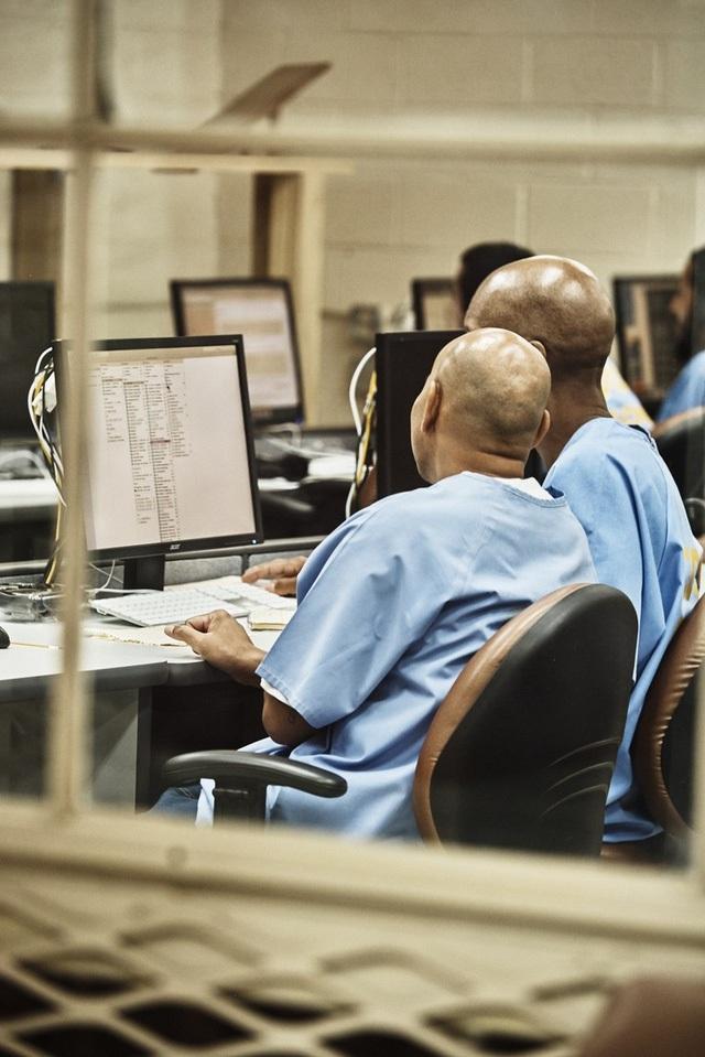 Những tù nhân tham gia chương trình này kiếm được 16,77 USD mỗi giờ, ít hơn so với mức lương tiêu chuẩn của các lập trình viên ở Silicon Valley.