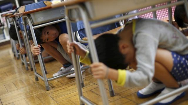 Trẻ em Nhật được học kỹ năng sinh tồn đối phó động đất từ khi còn rất nhỏ.