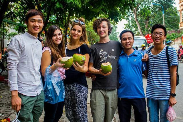 Hòa và các tình nguyện viên quốc tế trong một dịp dạo phố phường Hà Nội. Ảnh: NVCC