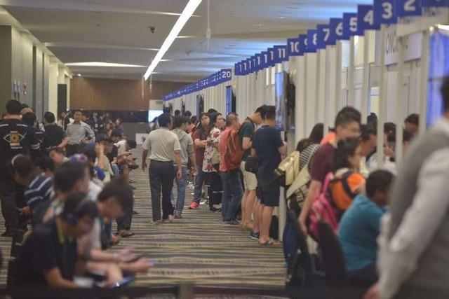 Những người xếp hàng chờ tham gia chương trình Samsung Exchange tại Singapore.