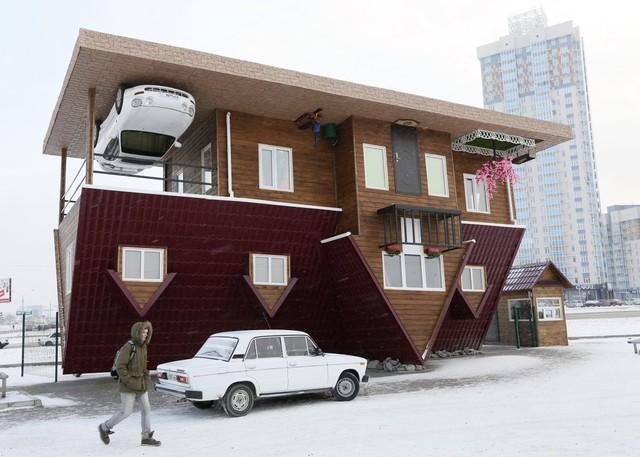 Thế nhưng, căn nhà trên tại Đức vẫn chưa là gì khi căn nhà tại Krasnoyarsk, Nga còn chịu chơi tới mức dính cả một chiếc xe thể thao lên trần nhà để tạo hiệu ứng ngược.