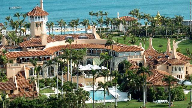 Năm 1985, Trump đã mua khu bất động sản Maralago tại bãi biển Palm với giá 10 triệu USD và biến nó trở thành một câu lạc bộ tư nhân. Câu lạc bộ này có diện tích 17 mẫu Anh (gần 6,9 hecta)..