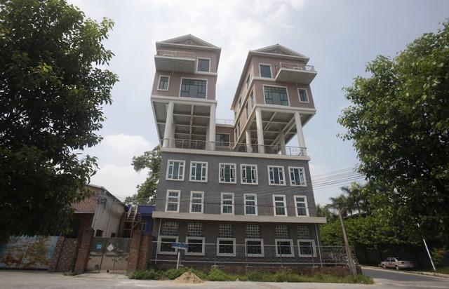 Trong khi đó, đây là toà tháp đôi phiên bản nhái của Trung Quốc. Thực chất đó là 2 căn nhà được xây chồng lên một nhà máy cũ. Tất nhiên cách thức xây dựng này là bất hợp pháp ở Trung Quốc và nó cũng khá nguy hiểm để sinh sống.