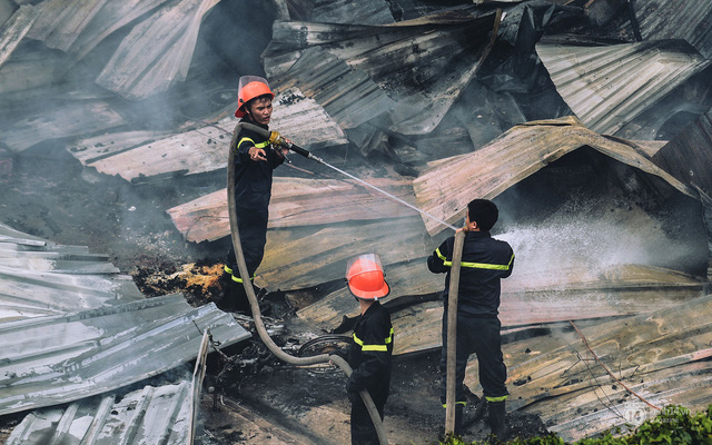 Những mái lợp đổ nát, ngổn ngang sau trận cháy lán trại Tân Mai.