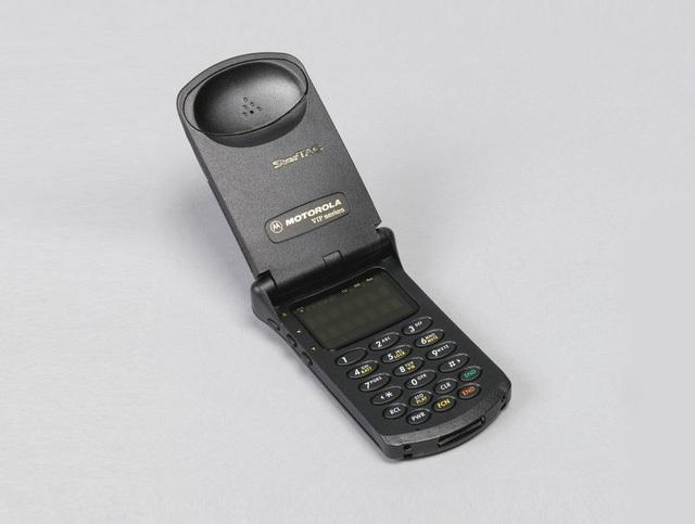 StarTAC, điện thoại di động thực thụ đầu tiên trên thế giới, được thiết kế bởi Albert Nagele.
