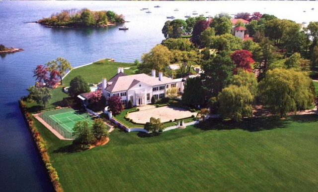 Biệt thự trước đây của ông ở Greenwich, CT, được bán với giá 54 triệu USD. Căn nhà lý tưởng này gồm 58 phòng ngủ, 33 phòng tắm, 12 lò sưởi và 3 hầm tránh bom.