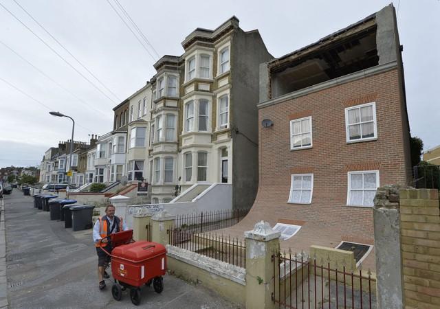 Căn nhà cong tại Margate, Anh thì lại có vẻ như nó đang chảy dài ra. Được thiết kế bởi nhà thiết kế Alex Chinneck, đây là một sản phẩm nghệ thuật công cộng, không có ai sinh sống bên trong căn nhà này.