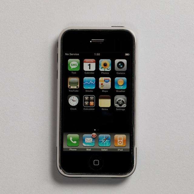 iPhone đời đầu, thiết kế bởi Jonathan Ive và nhóm Thiết kế Công nghiệp của Apple.
