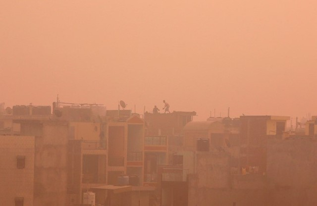 Theo báo cáo mới đây của WHO về mức độ ô nhiễm không khí, Delhi là một trong những khu đô thị ô nhiễm nhất trên thế giới, chỉ đứng sau Riyadh (Saudi Arabia). Vùng thủ đô Delhi, bao gồm thành phố New Delhi, là khu đô thị tập trung đông dân thứ 2 ở Ấn Độ và lớn thứ 3 trên thế giới. Dân số ở đây khoảng 25 triệu người, nhiều gấp 2 lần thành phố New York, Mỹ.