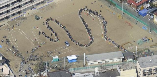 Dòng người xếp hàng nhận đồ cứu trợ trong vụ động đất sóng thần Fukushima năm 2011.
