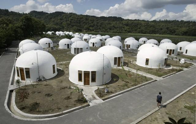 Một tổ chức tại Mỹ đã xây dựng 70 căn chòi tại Sumberharjo, một ngôi làng ở Indonesia vào năm 2007. Những căn nhà này được cung cấp để giúp đỡ người dân nơi đây sau vụ động đất khủng khiếp năm đó. Chúng có khả năng chống chọi lại với lốc xoáy, bão và động đất.