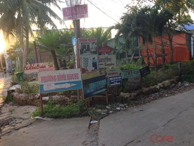 Một ngõ nhỏ dẫn ra biển dọc đường Trần Hưng Đạo mọc lên khá nhiều resort, nhà nghỉ, nhà hàng.
