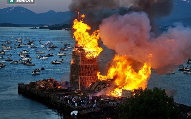 Lễ hội kỳ lạ ở Na Uy: Tốn công xây tháp cao gần 50m rồi đốt trụi 2 ngày mới hết