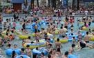 Chuyện nghề: Dầm mình trong nước 14h mỗi ngày, giáo viên dạy bơi thu về 30-40 triệu/tháng