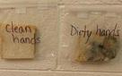 Nhìn 3 miếng bánh mì, bạn sẽ hiểu vì sao phải rửa tay trước khi ăn