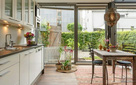 """Ngôi nhà 2 tầng thiết kế theo phong cách """"resort"""" nghỉ dưỡng đẹp như tranh vẽ"""