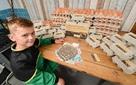 Cậu bé 8 tuổi khởi nghiệp bán trứng, đóng gói trước khi tới lớp, giao hàng khi vừa tan trường: Cháu sẽ thành triệu phú!