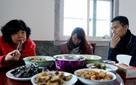 """Ứng dụng cho thuê người yêu nở rộ ở Trung Quốc: Áp lực gia đình đè nặng lên vai """"gái ế"""""""