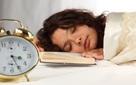 Nghiên cứu cho thấy ngủ sớm dậy sớm giúp yêu công việc, kiếm được nhiều tiền hơn