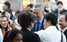 Thủ tướng Lý Hiển Long thăm siêu thị, 'selfie' với người dân