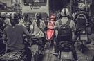 """Người phụ nữ đi xe máy đỏ khiến cả cộng đồng mạng """"chào thua"""""""