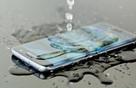 Bạn có biết tính năng chống nước ra đời đơn giản là vì con gái Nhật thích tắm cùng điện thoại?