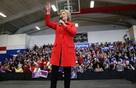 Vì sao bà Hillary Clinton luôn luôn mặc quần? Câu trả lời đầy bất ngờ tại một quốc gia tự do như Mỹ