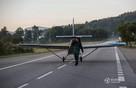Chán ô tô, người đàn ông bỏ 2 năm chế tạo máy bay đi làm hàng ngày