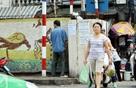 Sáng nay, hai thanh niên tại Hà Nội vừa bị phạt 2 triệu đồng can tội đái bậy trên vỉa hè