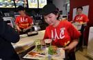 Coi thường công việc chạy bàn, phục vụ ở quán ăn nhanh? Bạn sẽ phải nghĩ lại khi đọc bài viết này!