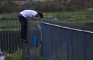 Trèo rào nhọn, hôn tay bạn gái ở 'hồ tử thần' Sài Gòn