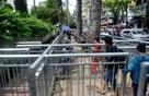Rào chắn vỉa hè như chuồng thú ở Sài Gòn