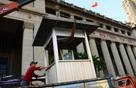 Phó chủ tịch Hải trả lại vọng gác trước Ngân hàng Nhà nước