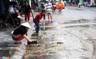 Người Hội An tất bật dọn rác sau lũ lụt