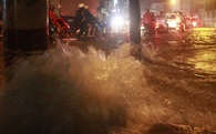 Sài Gòn lại đang mưa rất to, sấm chớp liên hoàn kèm tiếng nổ lớn khiến người đi đường hốt hoảng