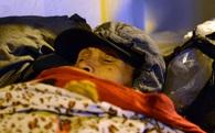 Người vô gia cư co ro trong đêm rét kỷ lục
