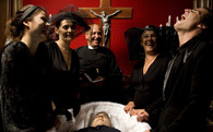Tại sao con người có những hành động kỳ quặc như cười trong đám tang hoặc thích tỏ ra hiểu biết ?