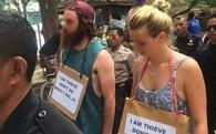 """Ăn cắp xe đạp ở Indonesia, đôi du khách người Úc bị ép diễu phố với tấm biển """"Tôi là kẻ trộm"""""""