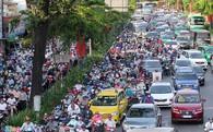 Kẹt xe, nhiều người chạy bộ tới sân bay Tân Sơn Nhất
