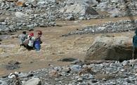 Dân Lào Cai bới bùn gượng sống sau lũ