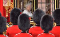 """Việc lạ ở hoàng gia Anh, bạn có muốn thử? Trông thiên nga, thử giày hay """"cắt thịt"""" cho nữ hoàng..."""