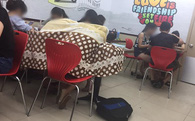 Ngao ngán cảnh sinh viên ôm chăn gối theo để ngủ, xả rác bừa bãi trong các cửa hàng tiện lợi