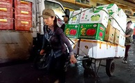 Nữ cửu vạn nhọc nhằn giữa chợ mưu sinh ngày nghỉ lễ