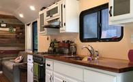 Độc đáo ngôi nhà di động tiện nghi được 'hô biến' từ xe bus cũ