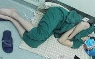 Hình ảnh bác sĩ phẫu thuật ngủ gục sau 28 tiếng làm việc liên tục khiến nhiều người xúc động
