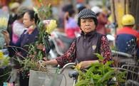 Người Hà Nội tấp nập mua sắm trong phiên chợ 29 Tết