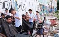 Chất như người Sài Gòn: Đem đồ nghề ra bãi đất hoang cắt tóc miễn phí cho người lao động