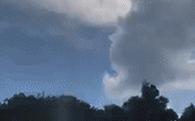 Video lan truyền mạnh: mưa chỉ rơi trúng chỗ 1 chiếc ô tô, xung quanh khô ráo, chuyên gia thời tiết phải vào cuộc xác định thật giả
