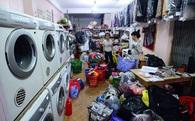 Trời nồm ẩm, cửa hàng giặt là làm việc xuyên đêm, thu 3-4 triệu/ngày