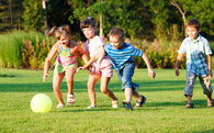 Cha mẹ không giàu, thu nhập của con cái sau này ảnh hưởng ra sao?